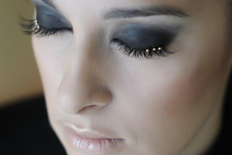 Новогодний образ 2015 для гламурной красотки: накладные ресницы со стразами