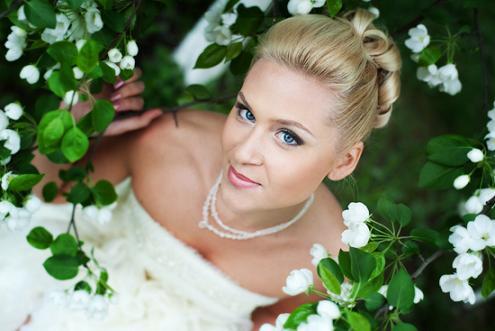 Голубые глаза: как правильно сделать свадебный макияж.